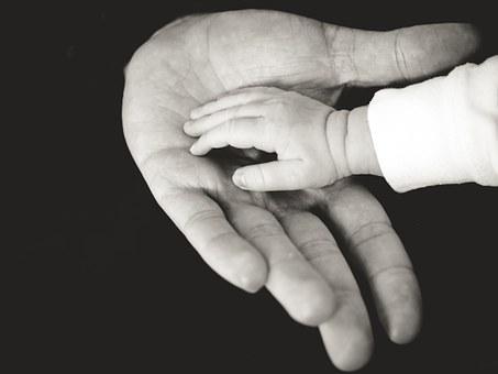 手を取り合う親子