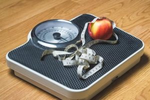 体重計とメジャーとりんご
