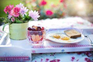 お花を飾った朝食