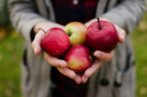手にリンゴを持つ人