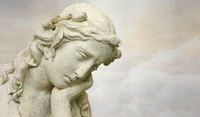 悩む女性の彫像